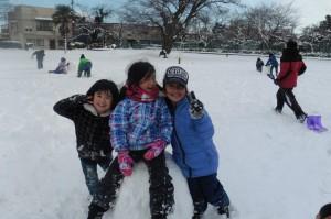 らっこ雪遊び